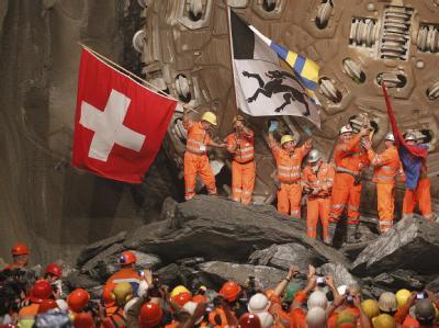 Die Bergleute feiern den Durchstich im Gotthard-Basistunnel.