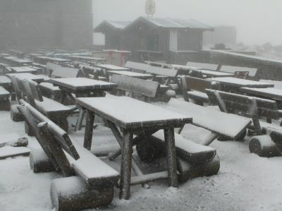 Auf dem Brocken bei Schierke gibt es eine geschlossene Schneedecke.