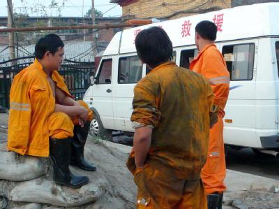 Erschöpfte Rettungskräfte am Ort des Unglücks.