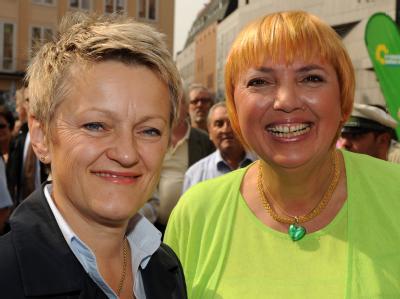 Die Grünen-Spitzenpolitikerinnen Renate Künast (l) und Claudia Roth. (Archivbild)
