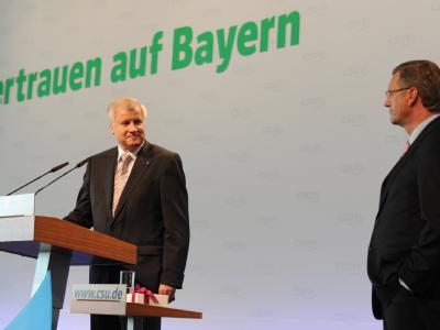 Der CSU-Chef Horst Seehofer bleibt auch nach der Kritik von Bundespräsident Christian Wulff an seinen umstrittenen Äußerungen bei seiner Position. Wulff hat sich zum Auftakt seines Türkei-Besuchs gegen einen Zuzugstopp für Zuwanderer aus der Türkei gewand