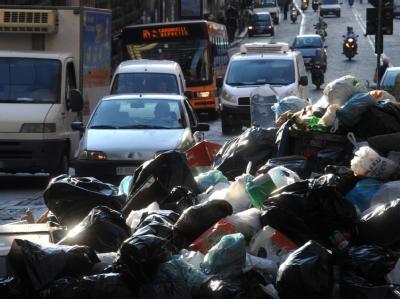Berge von Müll stapeln sich auf den Straßen Neapels. Besonders das historische Zentrum ist stark betroffen. Foto: Ciro Fusco, dpa.
