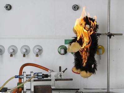 Ein Plüschaffe der Firma sigikid brennt bei der Untersuchung durch die stiftung warentest (undatiertes handout der stiftung warentest).