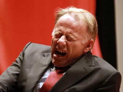 Mit verzerrtem Gesicht sitzt Jürgen Trittin am Donnerstagabend auf einem Podium in Northeim.