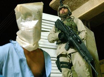 Ein US-Soldat bewacht am 30.10.2003 einen verhafteten Iraker in Tikrit. Das US-Außenministerium hat Wikileaks scharf dafür kritisiert, die geheimen Dokumente ins Internet zu stellen.