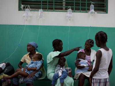 Nach dem verheerenden Erdbeben im Januar droht den Überlebenden in Haiti die nächste Katastrophe. Die Cholera ist ausgebrochen.