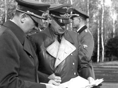Hitler und Reichsaußenminister Ribbentrop studieren im Führerhauptquartier Unterlagen (undatierte Aufnahme). Ribbentrop war bis zum 29.4.1945 Chef in der Berliner Wilhelmstraße