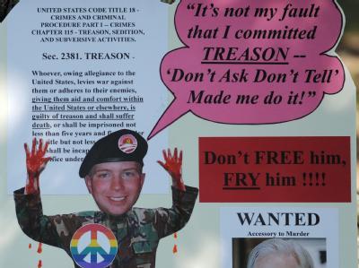 Demonstranten fordern vor dem Quantico Marine Corps Base in Quantico Town, Virginia, dass der US-Gefreite Bradley Manning bestraft wird. (Archivbild)