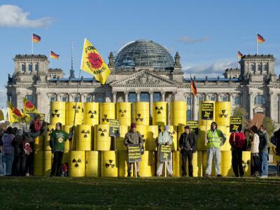 Atomkraftgegner vor dem Reichstag in Berlin: Bei einem nachgestellten Castor-Transport haben die Aktivisten am Montag 70