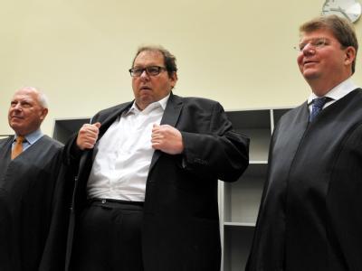 Zwei Männer und zwei Frauen sind angeklagt, Ottfried Fischer (M) im Sommer 2009 heimlich beim Sex mit Prostituierten in seiner Münchner Wohnung gefilmt zu haben.