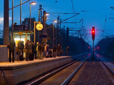 Fahrgäste warten auf einen Regionalexpress nach Berlin.