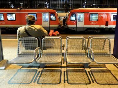 Ein Fahrgast wartet im Hauptbahnhof in Köln auf seinen Zug.