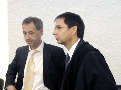 Hans Steffan (l.) und Hubert Gorka, Anwälte des wegen Verstoßes gegen das Waffengesetz angeklagten Jörg K., Vater des Amokläufers von Winnenden, beim Prozessauftakt im Gerichtssaal.