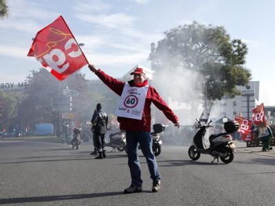 Ein Gewerkschafter demonstriert nahe Paris gegen die Rentenreform.