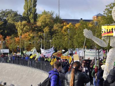 Rund 600 Gegner des Milliardenprojekts sind extra Stuttgart angereist, um in der Hauptstadt zu demonstrieren. Foto: Marius Becker, dpa.