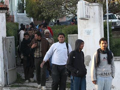 Illegale Immigranten nach einer Befragung durch die griechische Polizei in der Grenzstadt Ferres. (Archivbild)
