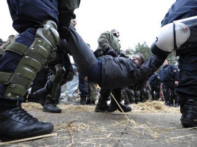 Polizeibeamte lösen eine Sitzblockade von Atomkraftgegnern vor dem Zwischenlager in Gorleben auf (Archivfoto vom 10.11.2008).