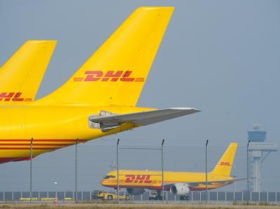 DHL-Frachtmaschinen stehen auf dem Flughafen Leipzig/Halle: Zwei eher zufällig vereitelte Bombenanschläge mit Luftpostpaketen auf Ziele in den USA hatten die Terrorfahnder in Alarmstimmung versetzt.