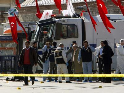 Polizisten stellten am Tatort die Leiche des Attentäters sicher. Der Mann habe nach ersten Ermittlungen versucht, mit seiner Bombe in den Polizeibus zu gelangen.