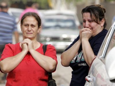 Zwei Frauen trauern um die Opfer des blutigen Anschlags auf den christlichen Gottesdienst in Bagdad.