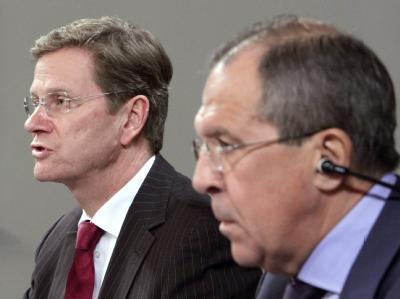 Bundesaußenminister Westerwelle und sein russischer Amtskollege Lawrow (r) geben in Moskau eine Pressekonferenz.