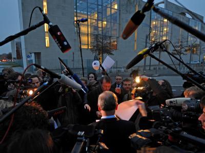 Großer Journalistenandrang im Zufahrtsbereich zum Bundeskanzleramt nach dem Fund des Paketes.