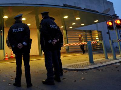 Polizisten stehen in Berlin vor dem Zufahrtsbereich zum Bundeskanzleramt.