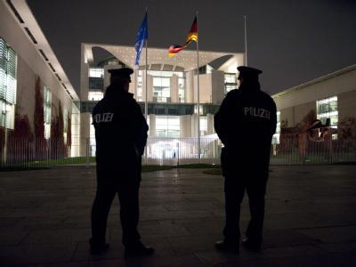 Zwei Polizisten stehen Anfang November vor dem Bundeskanzleramt in Berlin. Wegen erhöhter Terrorgefahr werden aktuell deutschlandweit die Sicherheitsbemühungen verstärkt.