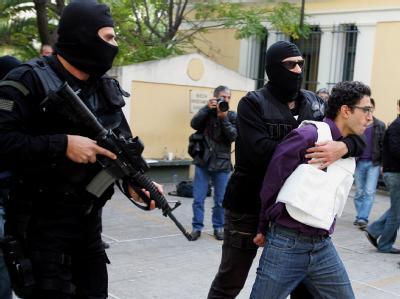 Einer der zwei Verdächtigen, die die griechische Polizei im Zusammenhang mit den Briefbomben an Botschaften festgenommen hat.