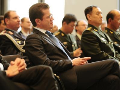 Bundesverteidigungsminister zu Guttenberg in der deutschen Botschaft in Peking.