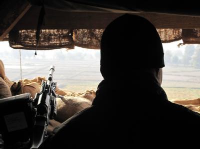 Ein deutscher Soldat beobachtet aus seinem Unterstand in Afghanistan das Gelände. Foto: Can Merey/Archiv