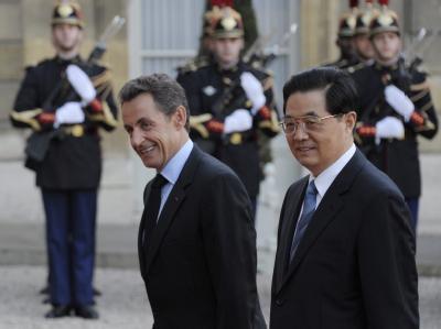 Nicolas Sarkozy und Chinas Präsident Hu Jintao passieren die Ehrengarde vor dem Elysée-Palast in Paris.