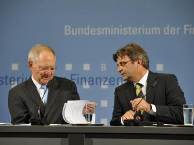 Michael Offer (r) tritt als Sprecher von Finanzminister Wolfgang Schäuble zurück.