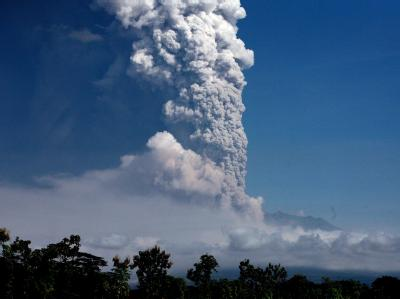 Der Merapi schickt seine Aschewolken auf bis zu 6 Kilometer Höhe.