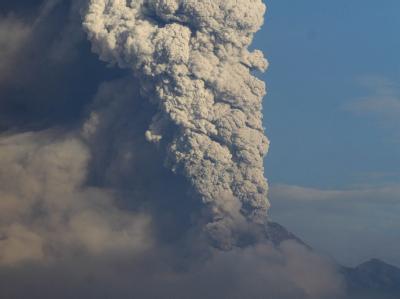 Eine riesige Aschewolke steigt aus dem Merapi auf.