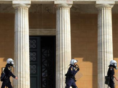 Unruhiges Griechenland: Polizisten sichern am 4. November das Parlamentsgebäude in Athen