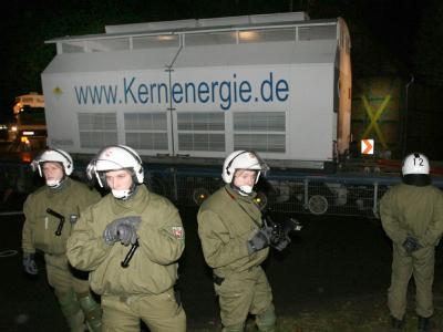 Polizisten sichern die Durchfahrt des Castor-Straßentransports in das Atommüllzwischenlager im niedersächsischen Gorleben (Archivfoto vom 13.11.2006).