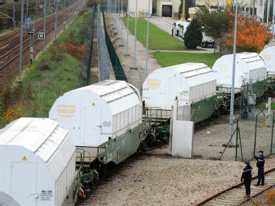 Kurz nach Verlassen des Bahnhofs von Valognes war der Schwerlastzug vorübergehend von Aktivisten gestoppt worden.