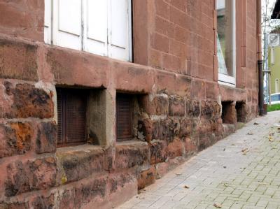 Der Eingang zu dem Haus in Neunkirchen, in dem ein mutmaßlicher islamistischer Terrorist gewohnt haben soll.