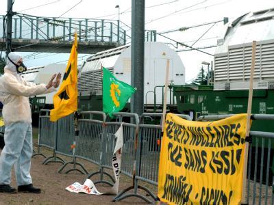 Kurz nach dem Verlassen des Bahnhofs in Valognes ist der Castor-Transport von Aktivisten aufgehalten worden.