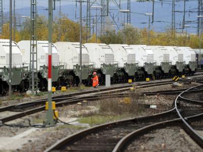 Der Zug mit 11 Castorbehältern steht im Bahnhof des badischen Kehl.