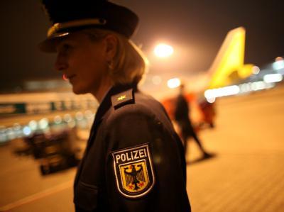 Eine Polizistin der Bundespolizei steht auf dem Flughafen Köln-Bonn im Cargo Center der Luftfracht.