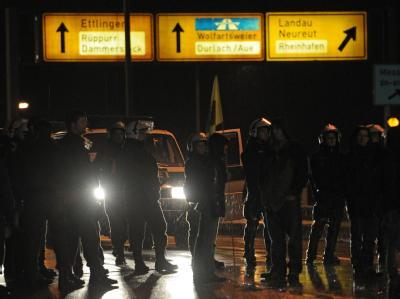 Einsatzkräfte der Polizei auf einer abgesperrten Brücke in Karlsruhe.