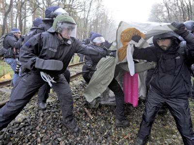Atomkraftgegner und Polizei liefern sich an den Gleisen bei Dannenberg Auseinandersetzungen.