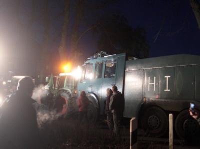Ein Wasserwerfer und ein Räumfahrzeug der Polizei werden in Göhrde an der Weiterfahrt gehindert.