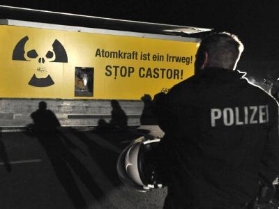 Greenpeace-Aktivisten steuerten ihren als Getränkelastwagen getarnten Laster vor die Ausfahrt des Verladekrans.