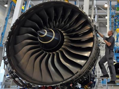 Im Triebwerkwartungswerk der N3 Overhaul Services GmbH wird an einem Trainingstriebwerk Rolls-Royce Trent 900 gearbeitet.