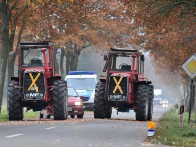 Zwei Traktoren blockieren nahe der niedersächsischen Ortschaft Groß Heide teilweise die Kreisstraße 1.