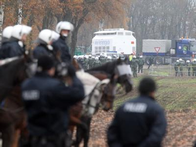 Eine Reiterstaffel der Polizei beobachtet die Abfahrt des Castor-Transports von Dannenberg nach Gorleben. Angesichts des rund 30-jährigen Streits um Gorleben dürfte es schwer werden, andere Orte in Deutschland für ein Endlager zu finden.