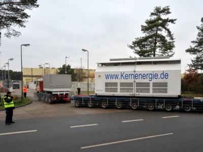 Der Tieflader mit dem ersten Castorbehälter fährt durch das Tor zum atomaren Zwischenlager in Gorleben.